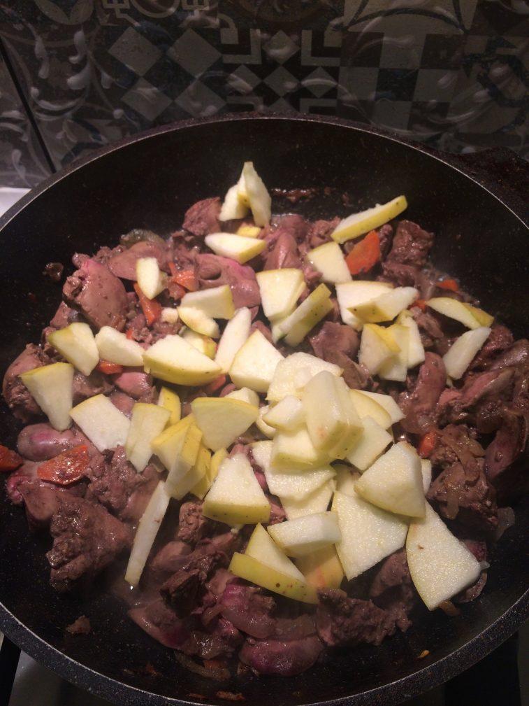 Фото рецепта - Паштет из куриной печени с яблоком и морковью - шаг 4
