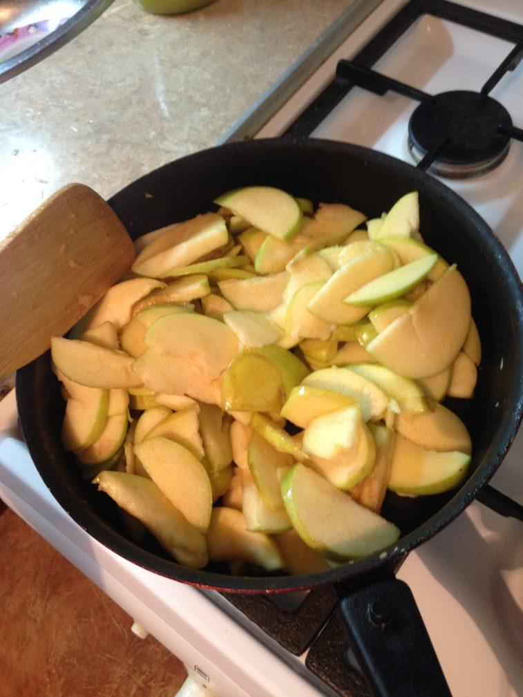 Фото рецепта - Десерт – жаренные яблочки - шаг 2