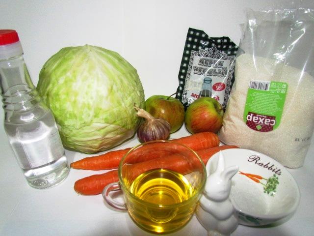 Фото рецепта - Бабушкин салат из капусты с морковью и яблоком - шаг 1