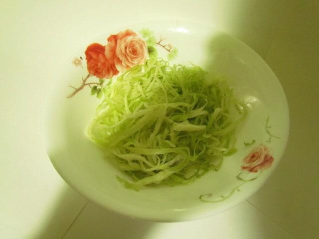 Фото рецепта - Бабушкин салат из капусты с морковью и яблоком - шаг 2