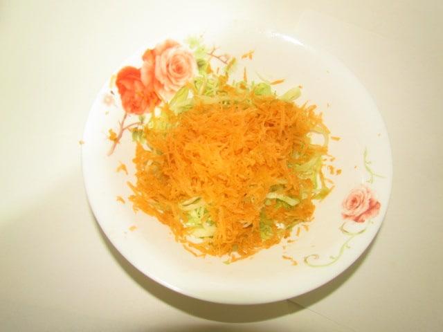 Фото рецепта - Бабушкин салат из капусты с морковью и яблоком - шаг 3