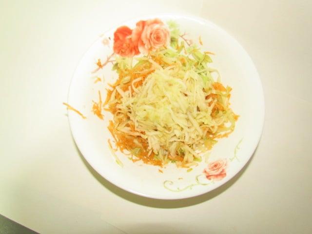 Фото рецепта - Бабушкин салат из капусты с морковью и яблоком - шаг 4