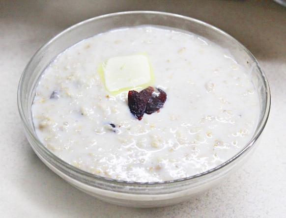 Овсяная каша на молоке с ванилью и сухофруктами