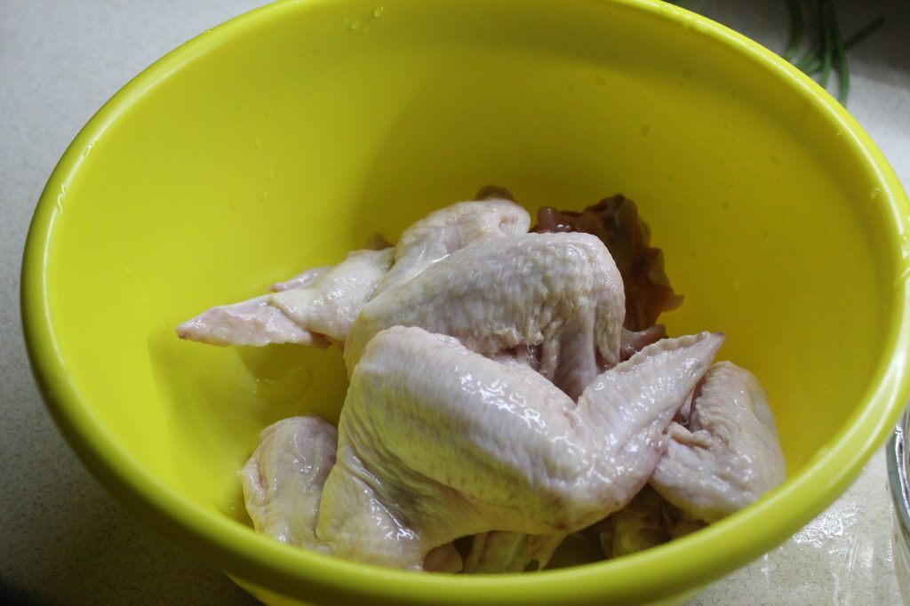 Фото рецепта - Ароматные куриные крылышки с грибами в сметане - шаг 5