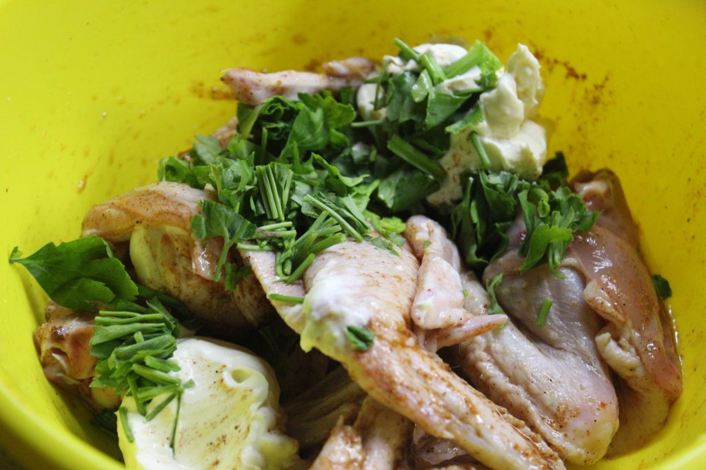 Фото рецепта - Ароматные куриные крылышки с грибами в сметане - шаг 6