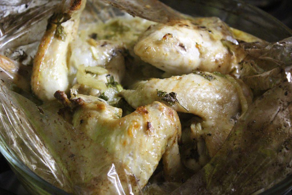 Фото рецепта - Ароматные куриные крылышки с грибами в сметане - шаг 9