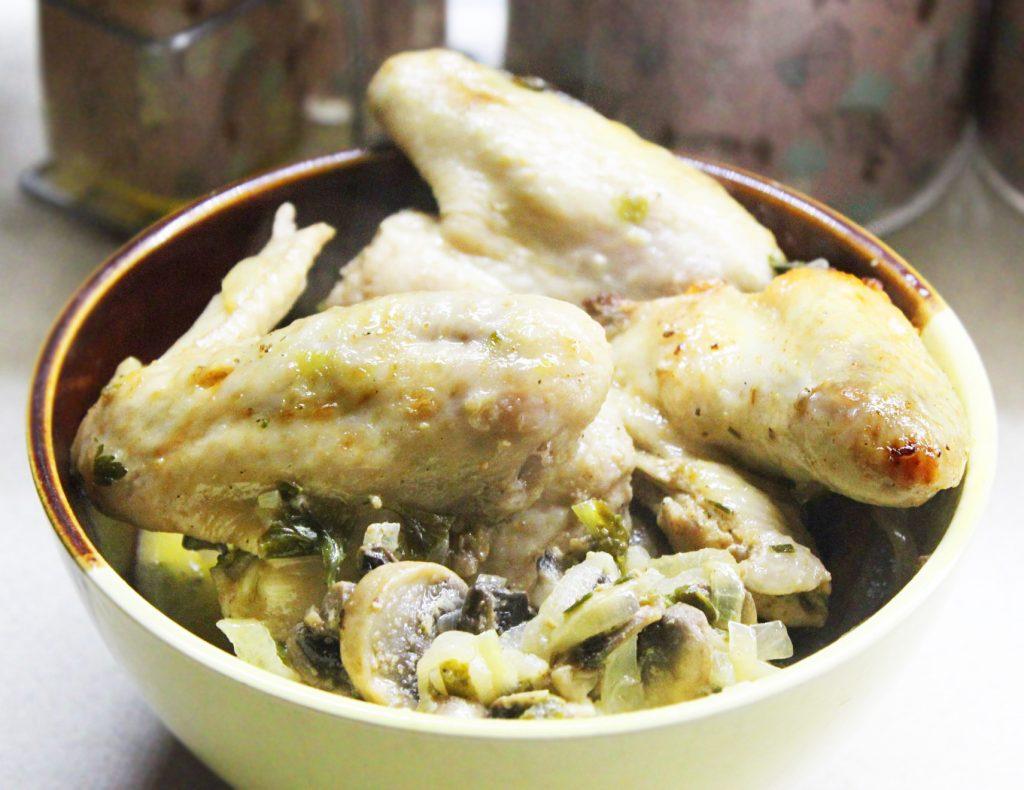 Фото рецепта - Ароматные куриные крылышки с грибами в сметане - шаг 10