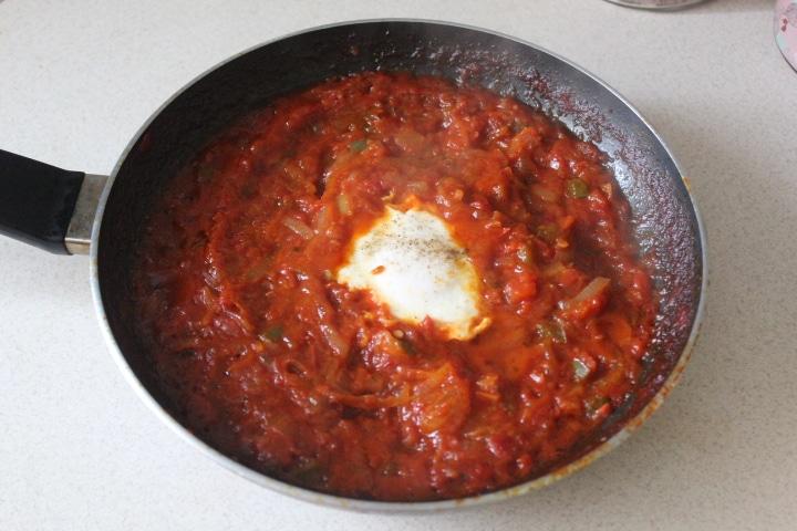 Фото рецепта - Еврейская шакшука из томатом, перца с яйцом - шаг 6