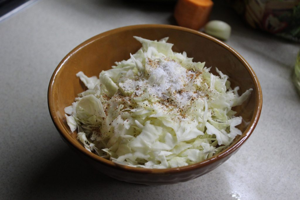 Фото рецепта - Пикантный капустный салат - шаг 2