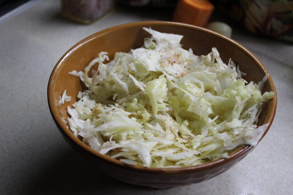 Фото рецепта - Пикантный капустный салат - шаг 3