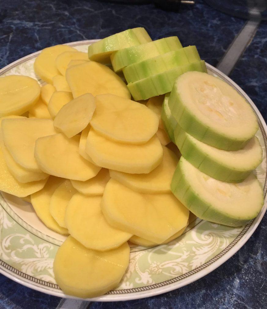 Фото рецепта - Треска, запеченная с кабачками и картошкой - шаг 2