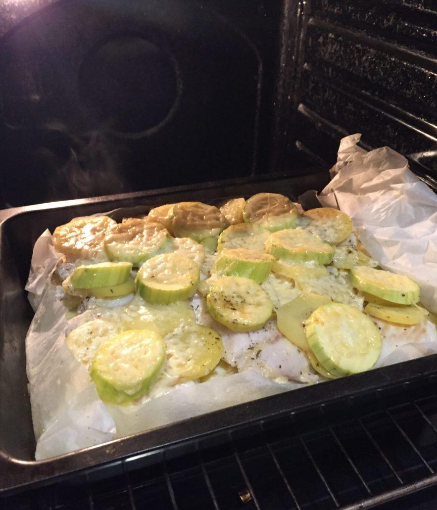 Фото рецепта - Треска, запеченная с кабачками и картошкой - шаг 6