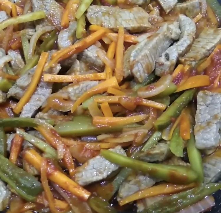 Фото рецепта - Азу из говядины с морковью и маринованными огурцами - шаг 5