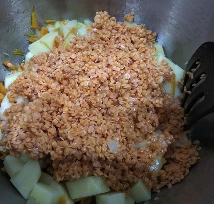 Фото рецепта - Суп-пюре из чечевицы на курином бульоне - шаг 2