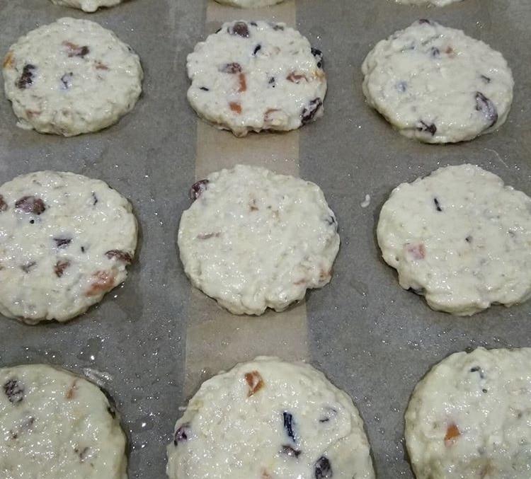 Фото рецепта - Овсяное печенье с изюмом и курагой - шаг 4