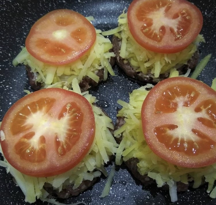 Фото рецепта - Стожки из фарша с картошкой и помидором - шаг 5