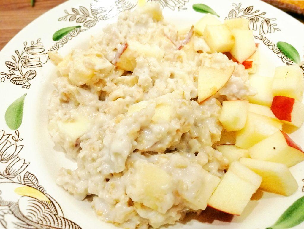 Фото рецепта - Каша геркулесовая с яблоками в мультиварке - шаг 6
