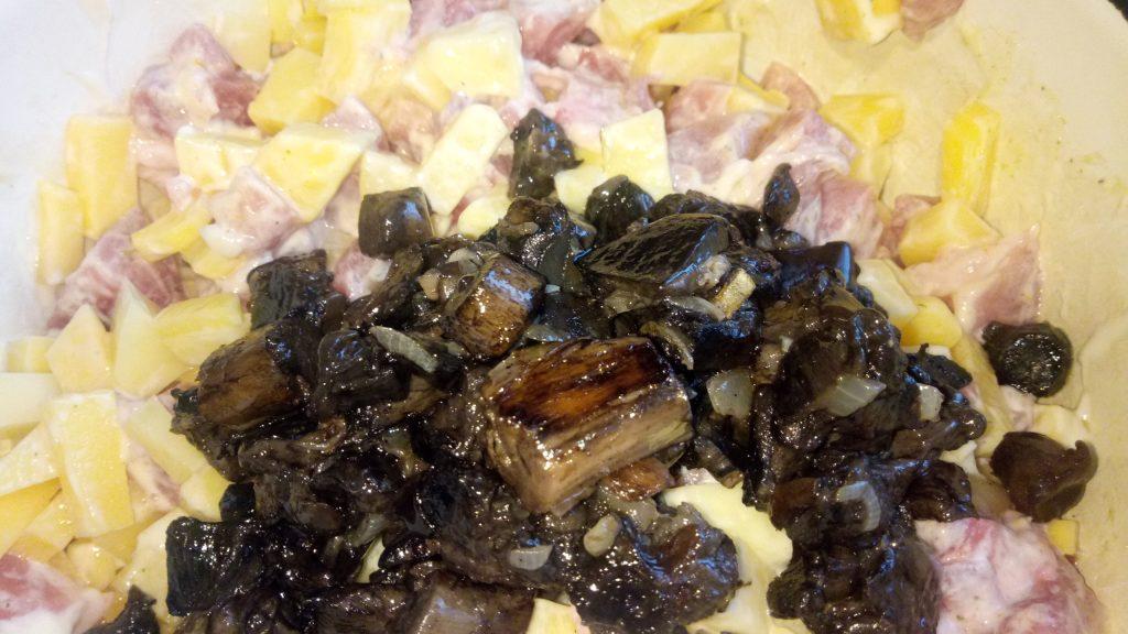 Фото рецепта - Грибное жаркое с грибами и картофелем в горшочках - шаг 5