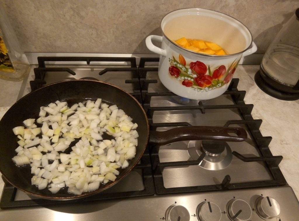 Фото рецепта - Тыквенный крем-суп на сливках - шаг 3