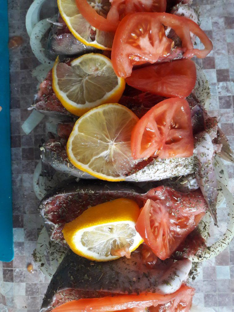 Фото рецепта - Запеченная Горбуша на луковой подушке - шаг 6