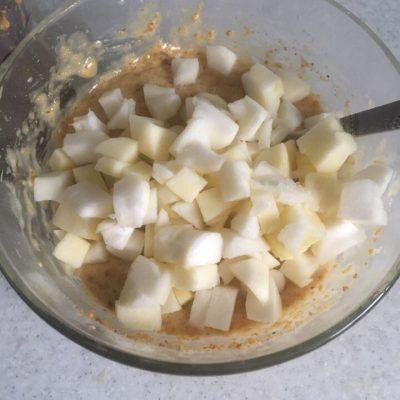 Фото рецепта - Шарлотка с яблоками и грецкими орехами - шаг 5