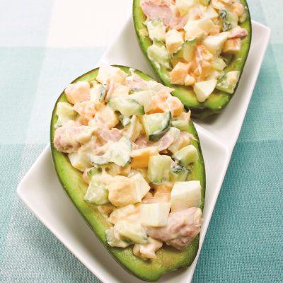 Авокадо, фаршированный салатом из яиц и тунца - рецепт с фото