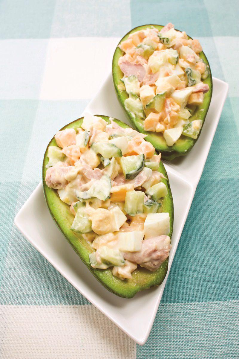 Авокадо, фаршированный салатом из яиц и тунца