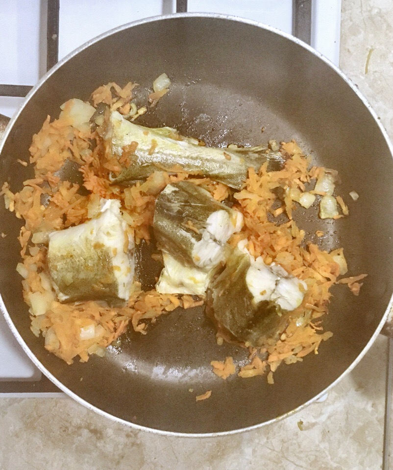 Фото рецепта - Минтай тушенный в томатном соусе - шаг 3