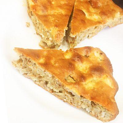 Шарлотка с яблоками и грецкими орехами - рецепт с фото
