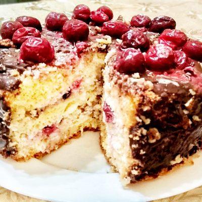 Бисквитный торт с кремом и вишней - рецепт с фото