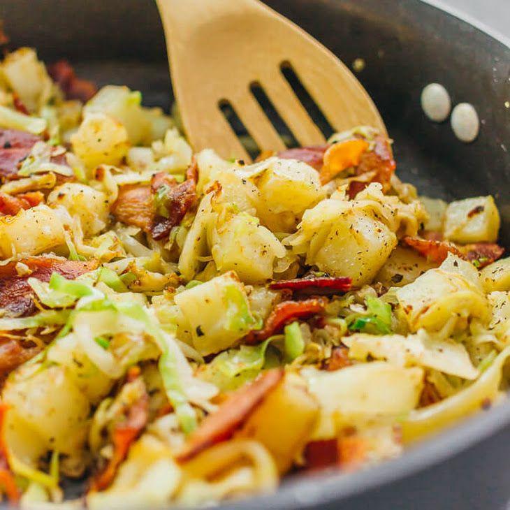 Картошка, тушенная с капустой и беконом