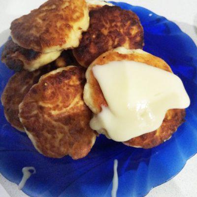 Классические сырники со сгущенкой - рецепт с фото