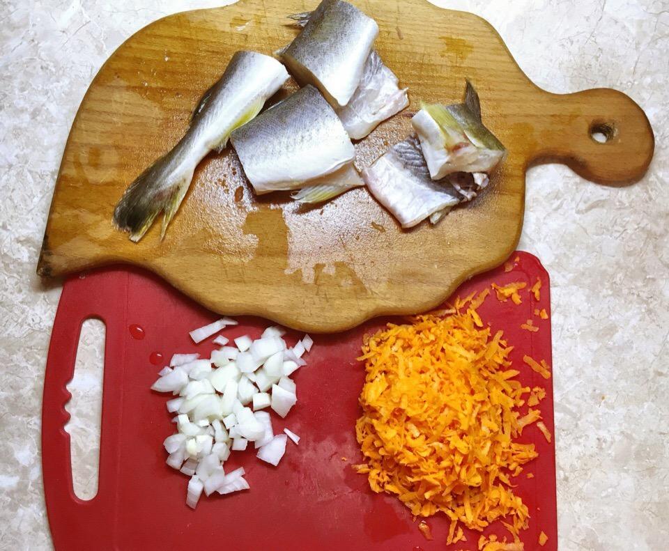 Фото рецепта - Минтай тушенный в томатном соусе - шаг 1