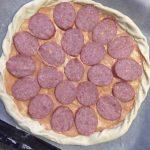 Фото рецепта - Домашняя пицца с грибами и колбасой - шаг 3
