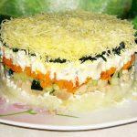 Овощной слоеный салат с копчёной курицей