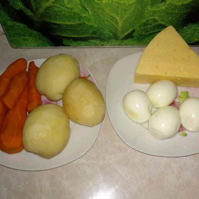 Фото рецепта - Овощной слоеный салат с копчёной курицей - шаг 2