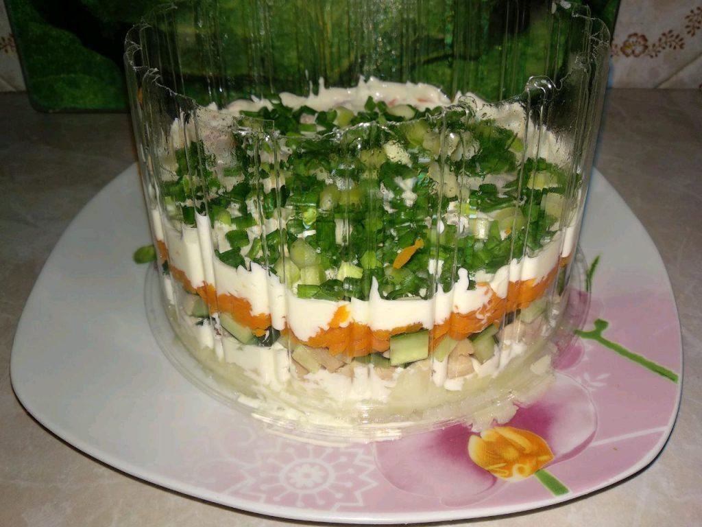 Фото рецепта - Овощной слоеный салат с копчёной курицей - шаг 4