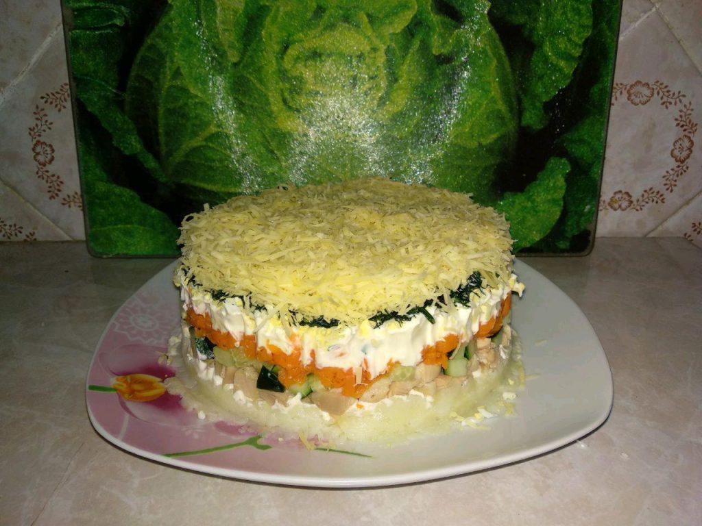 Фото рецепта - Овощной слоеный салат с копчёной курицей - шаг 6