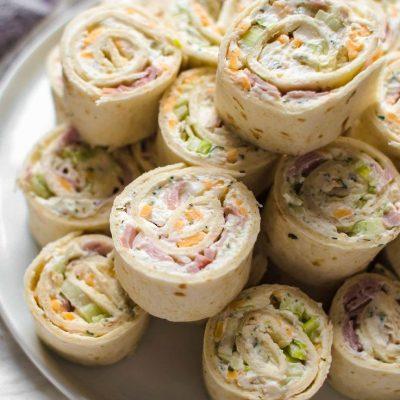 Рулетики из тортильи с ветчиной, яйцами и огурцом - рецепт с фото