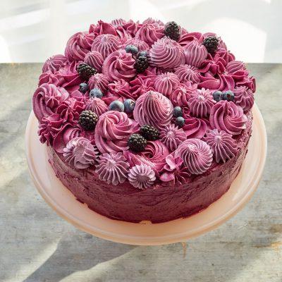 Слоеный торт со смородиной и халвой - рецепт с фото