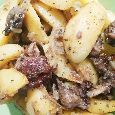 Картофель со свининой и луком в духовке - рецепт с фото