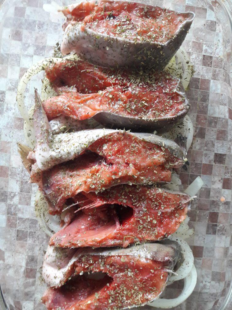 Фото рецепта - Запеченная Горбуша на луковой подушке - шаг 5