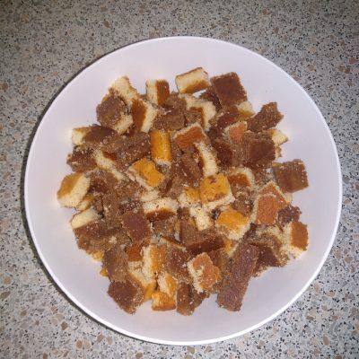 """Фото рецепта - Бисквитный торт """"Панчо"""" на сметане с ананасами - шаг 4"""
