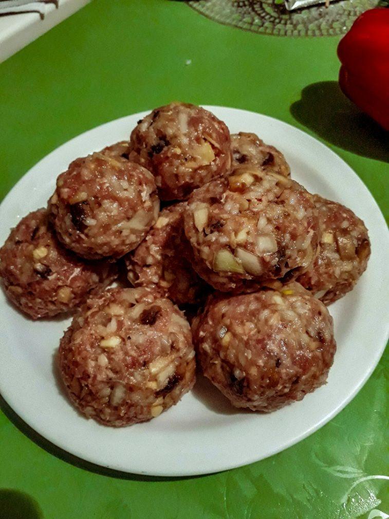 Фото рецепта - Свиные тефтели с рисом и шампиньонами - шаг 4