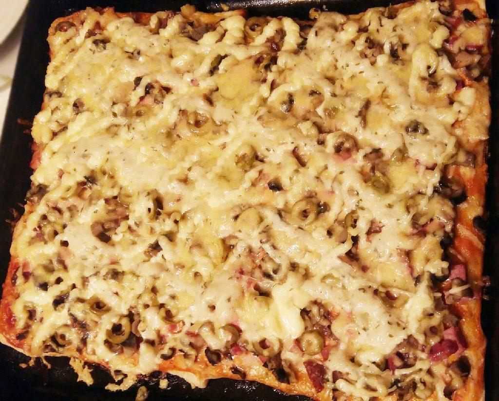 """Фото рецепта - Пицца """"Любимая"""" с колбаской и шампиньонами - шаг 8"""