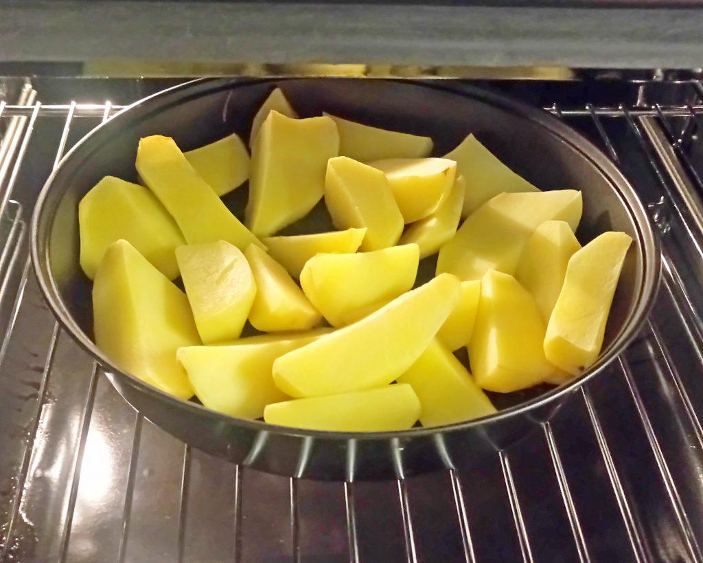 Фото рецепта - Картофельные дольки в грибном соусе (запеканка) - шаг 1