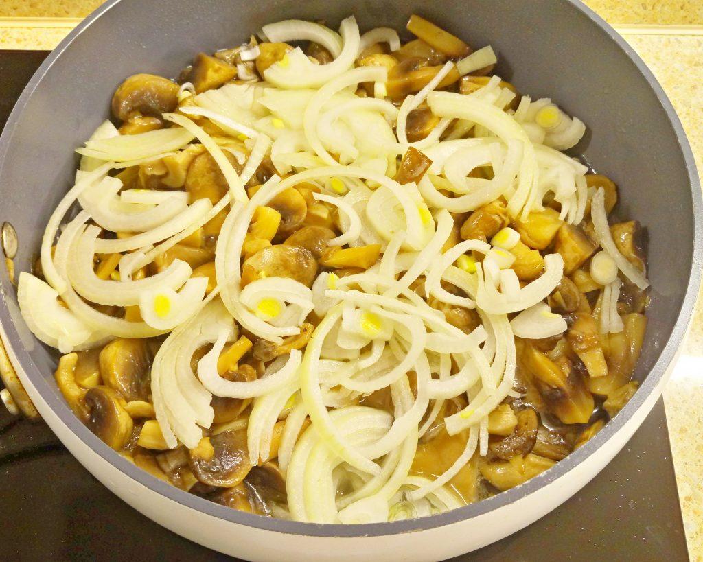 Фото рецепта - Картофельные дольки в грибном соусе (запеканка) - шаг 3