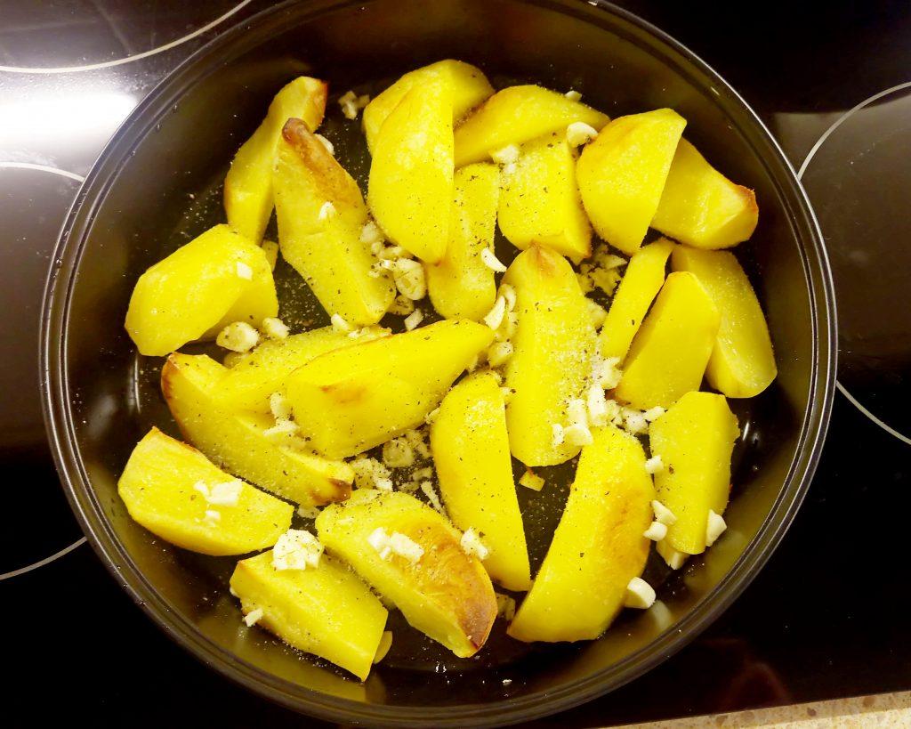 Фото рецепта - Картофельные дольки в грибном соусе (запеканка) - шаг 5
