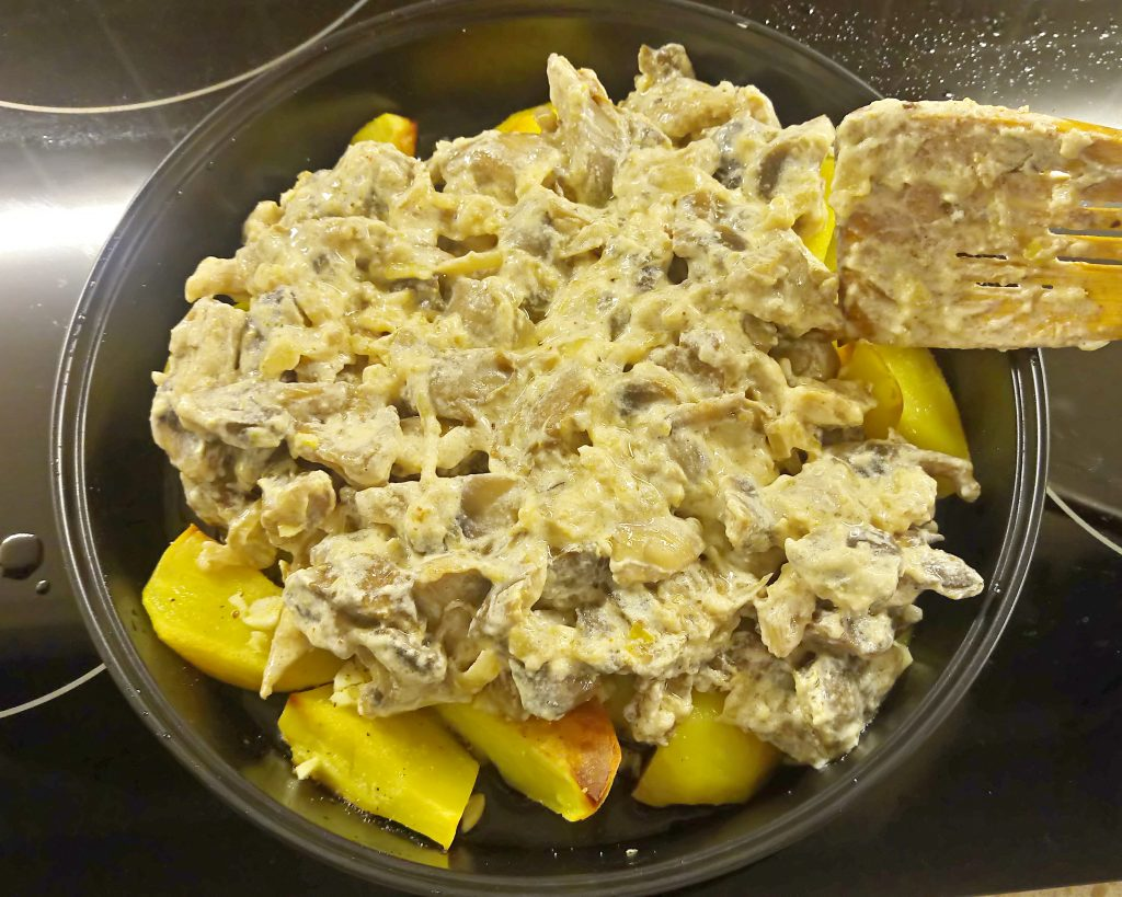 Фото рецепта - Картофельные дольки в грибном соусе (запеканка) - шаг 6