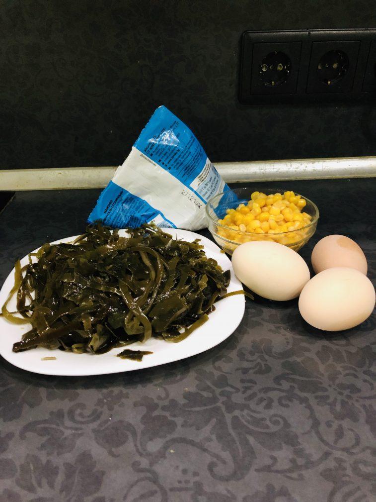 Фото рецепта - Яичный салат из морской капусты с кукурузой - шаг 1